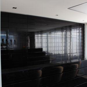 schwarze Küche Holz lackiert offen