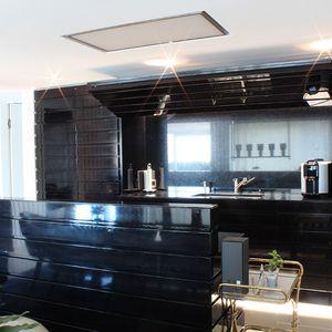 schwarze Küche Holz lackiert geschlossen