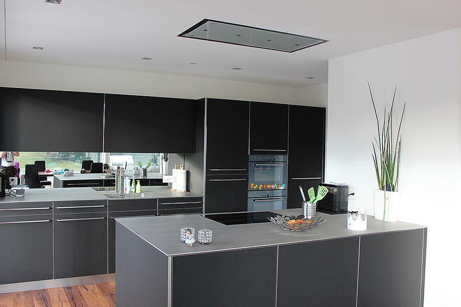 Küche schwarz mit Kochinsel